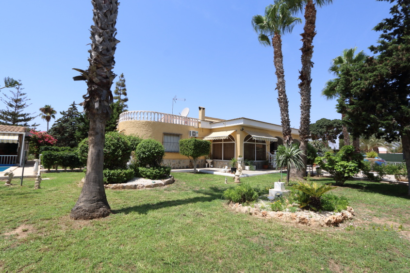 El Altet Villa with Swimming-Pool and 2800sqm Plot